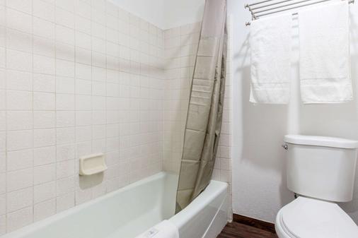Econo Lodge - Bakersfield - Bathroom