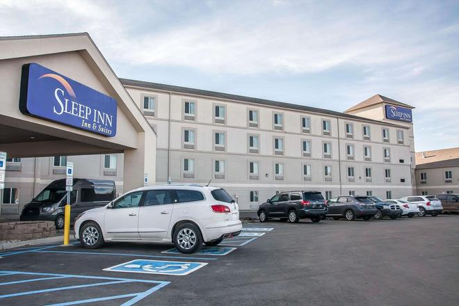 Sleep Inn and Suites Conference Center and Water Park - Minot - Building