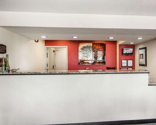 Econo Lodge Inn & Suites - Jackson - Front desk