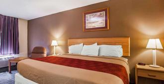 Econo Lodge Inn & Suites - Jackson - Bedroom