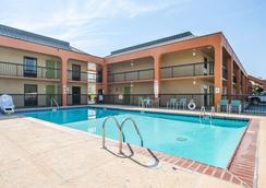 Econo Lodge Inn & Suites - Jackson - Pool
