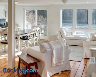 A Chatham Pearl on Oyster River - Chatham - Living room