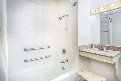 Super 8 by Wyndham Richmond/Broad Street - Richmond - Phòng tắm
