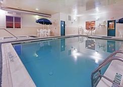 Country Inn & Suites by Radisson Chambersburg, PA - Chambersburg - Πισίνα