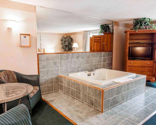 Quality Inn & Suites - Bremerton - Bathroom