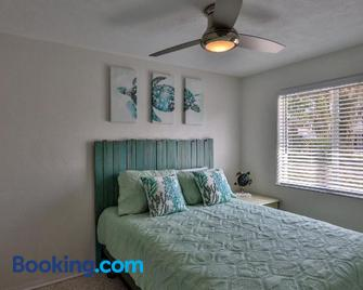 Ocean Eleven Suites - New Smyrna Beach - Bedroom