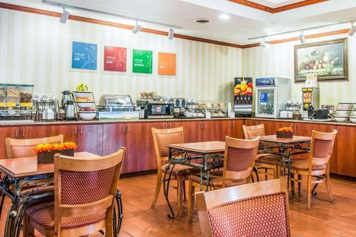 安娜堡高速公路 23 號品質套房飯店 - 安娜堡 - 自助餐