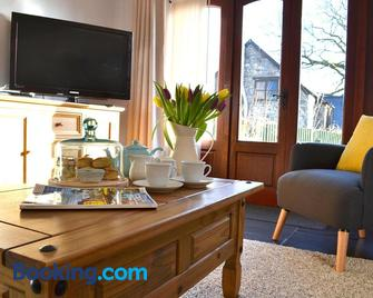 Petrock Holiday Cottages - Holsworthy - Wohnzimmer