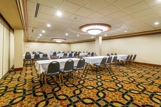 Clarion Hotel Convention Center - Minot - Kylpyhuone