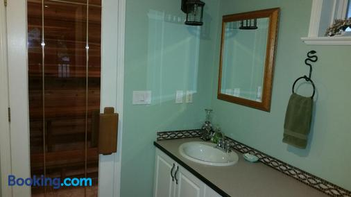 Hummingbird Guesthouse - Port Alberni - Bathroom