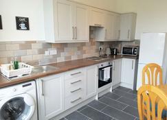 Dragon - Whitecrook Apartment 2 Bedroom Home - Clydebank - Cocina