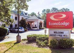 Econo Lodge Inn & Suites - Marietta - Building