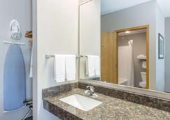 Super 8 by Wyndham Carroll/East - Carroll - Bathroom