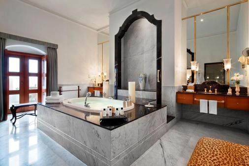 Taj Falaknuma Palace - Hyderabad - Bathroom