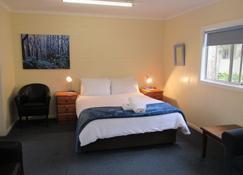 Alpine Park Riverside Cottages - Bright - Bedroom