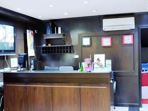 Everest Boutique 8 Inn - Bangkok - Front desk