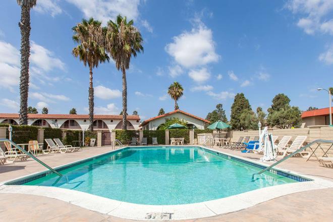 Days Inn by Wyndham Camarillo - Ventura - Camarillo - Piscina
