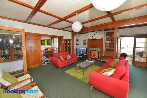 Ducks & Drakes Boutique Motel & Backpackers - New Plymouth - Living room