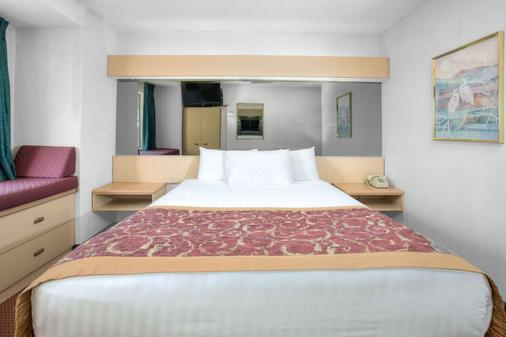 Microtel Inn & Suites by Wyndham Gallup - Gallup - Bedroom