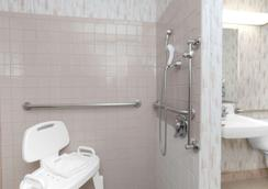 Microtel Inn & Suites by Wyndham Gallup - Gallup - Bathroom