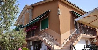 Villa Chiara - לאציזה - בניין