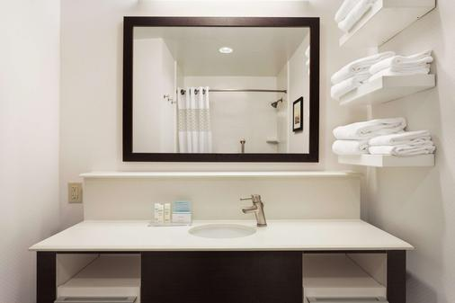 Hampton Inn Colchester - Colchester - Bathroom