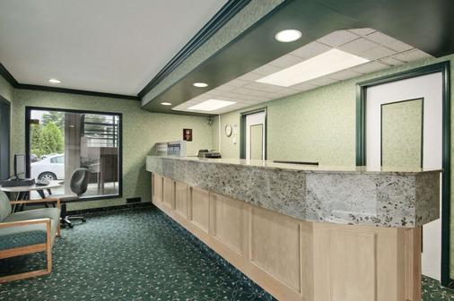 Travelodge by Wyndham Vancouver Lions Gate - North Vancouver - Front desk