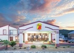 Super 8 by Wyndham Kerrville TX - Kerrville - Building