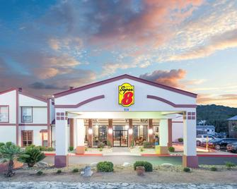 Super 8 by Wyndham Kerrville TX - Kerrville - Building