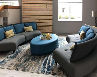Quality Inn & Suites Roanoke - Fort Worth North - Roanoke - Вітальня