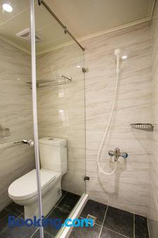 Huang Shin Business Hotel - Shan Ah Branch - Taichung - Bathroom