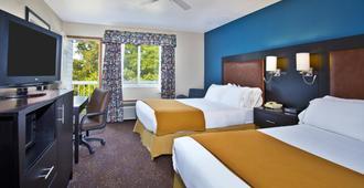 Holiday Inn Express Mackinaw City - Mackinaw City - Bedroom