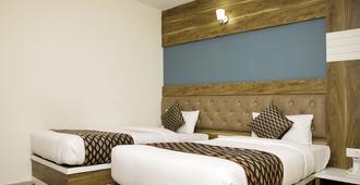 Hotel Ganges Grand - Varanasi - Bedroom