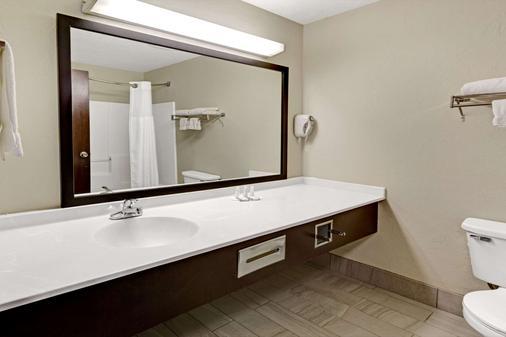 Baymont by Wyndham El Reno - El Reno - Bathroom