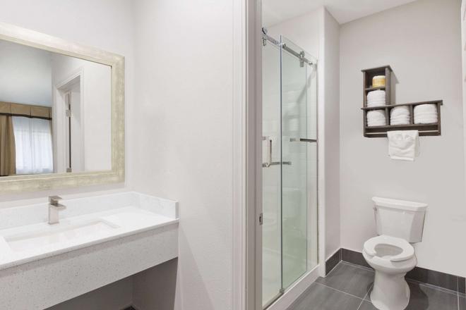 Baymont by Wyndham Bryan College Station - Bryan - Bathroom