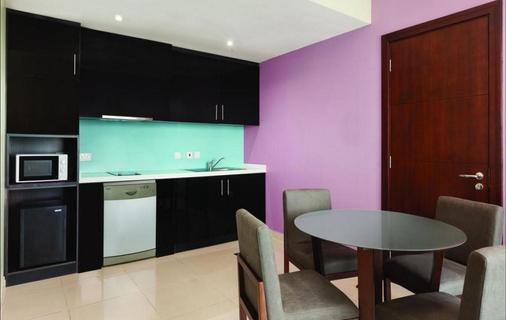 Ramada Hotel & Suites By Wyndham Dubai Jbr - Dubai - Kitchen