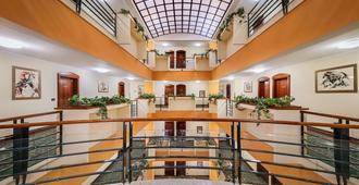 Hotel Dubrovnik - זאגרב - לובי