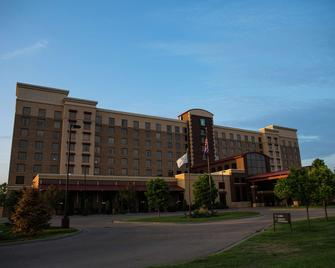 Embassy Suites Minneapolis - North - Brooklyn Center - Building