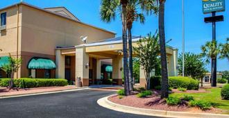 Quality Inn & Suites at Airport Blvd I-65 - מובייל