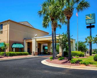 Quality Inn & Suites at Airport Blvd I-65 - Мобил - Здание