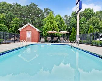 Microtel Inn & Suites by Wyndham Woodstock/Atlanta North - Woodstock - Pool