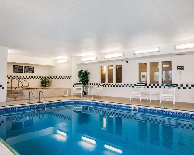得梅因機場品質套房酒店 - 迪摩因 - 得梅因 - 游泳池
