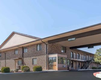 Travelodge by Wyndham Clarksville - Clarksville - Building