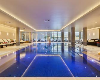 屈隆斯伯恩維爾四季酒店 - 庫龍斯堡 - 奧斯賽拜-屈隆斯博恩 - 游泳池