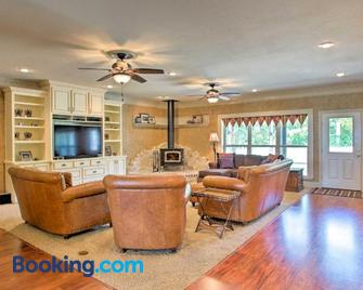 Stallion Lake Ranch Home with Patio - Events OK! - Lindale - Living room