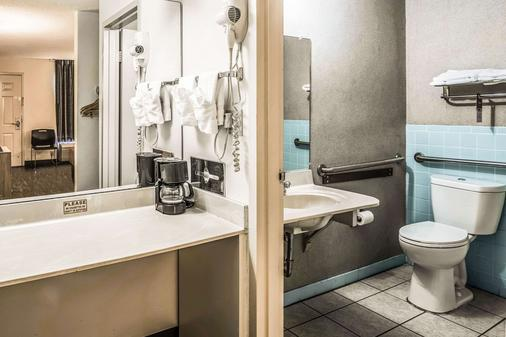 Econo Lodge - Fort Payne - Bathroom
