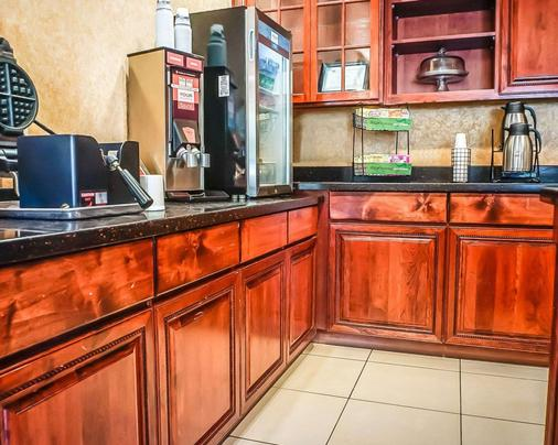 Quality Inn & Suites - Roswell - Kitchen