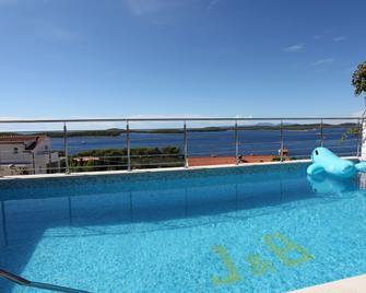 J & B Holiday House - Hvar - Piscina