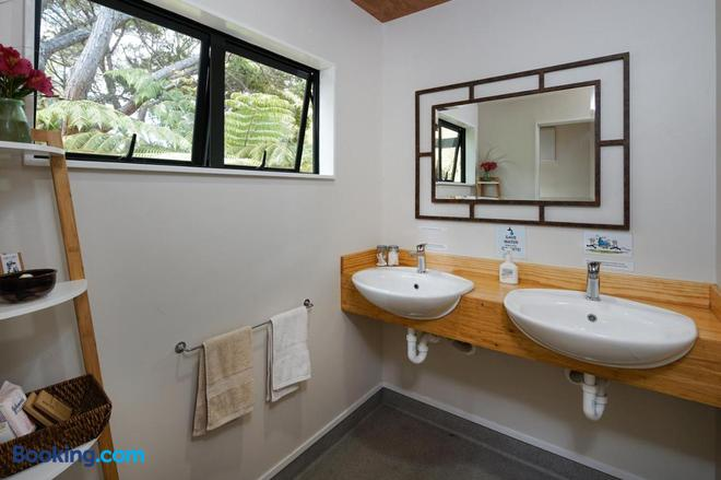 Wai-Knot Accommodation - Onetangi - Bathroom
