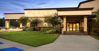Cottonwood Suites Savannah Hotel & Conference Center - Savannah